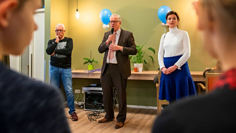 Wethouder Peter van Zutphen (midden) spreekt de aanwezigen toe